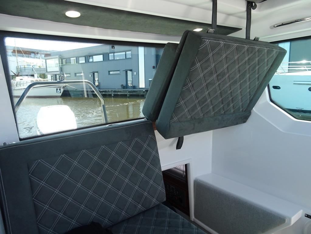 Je kunt de stoelen van de achterbank in de kajuit omhoog klappen, waarna er een heuse slaaphut tevoorschijn komt.