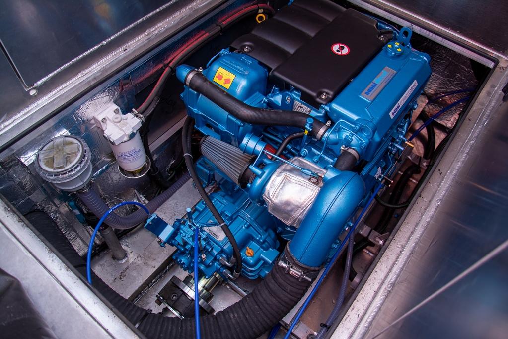 De geteste boot is voorzien van de grootste motor, een drieliter Nanni viercilinder turbodiesel zestienklepper.