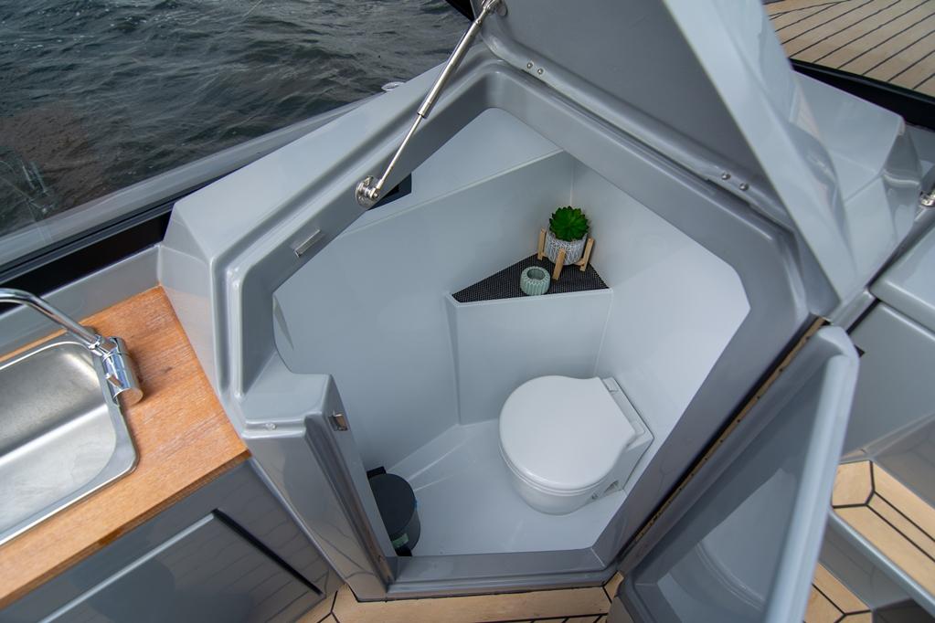 Een groot voordeel is de separate toiletruimte aan bakboord.