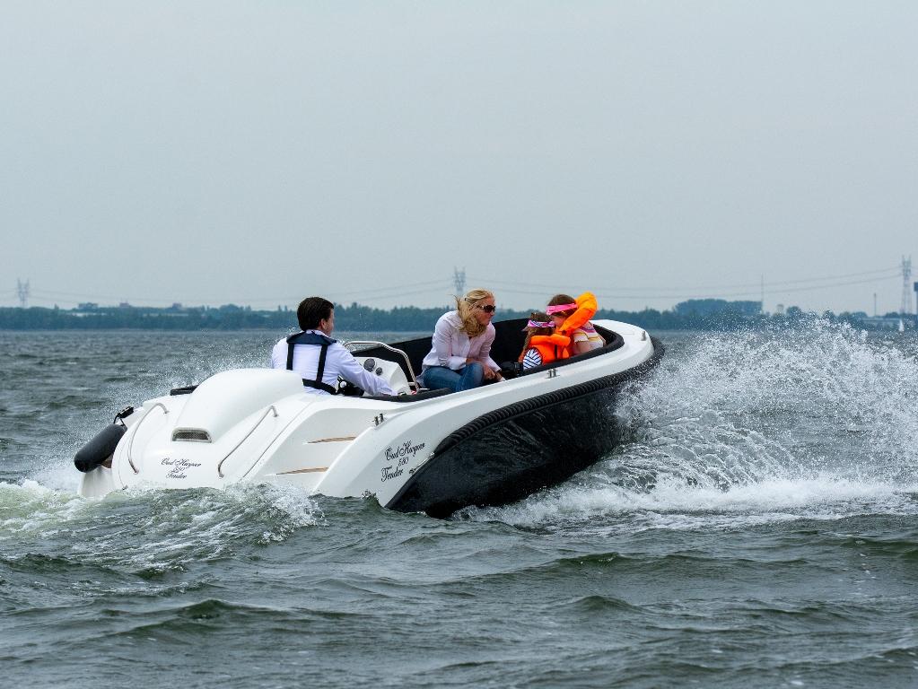 De hele boot weegt inclusief de 60pk motor rond de 700 kilo.