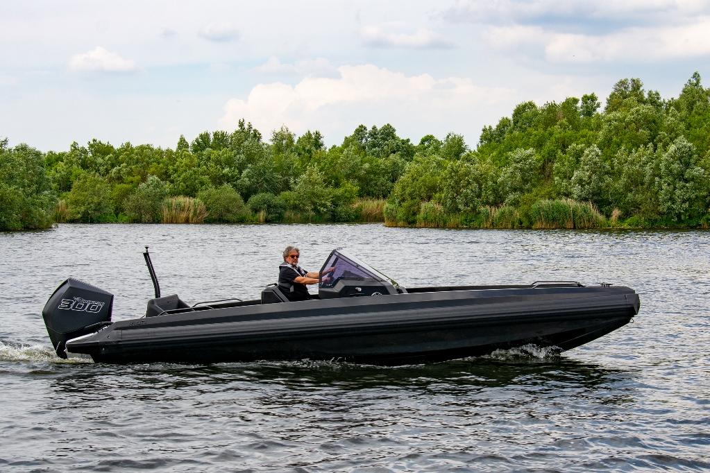De boot is hoekig, modern en ziet er uit als de boot van Darth Vader.