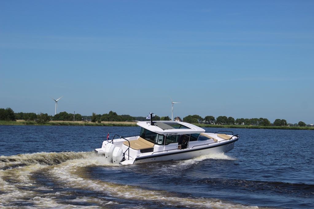 De nieuwe Axopar 37 XC Cross Cabin is in alle opzichten een moderne, snelle boot.