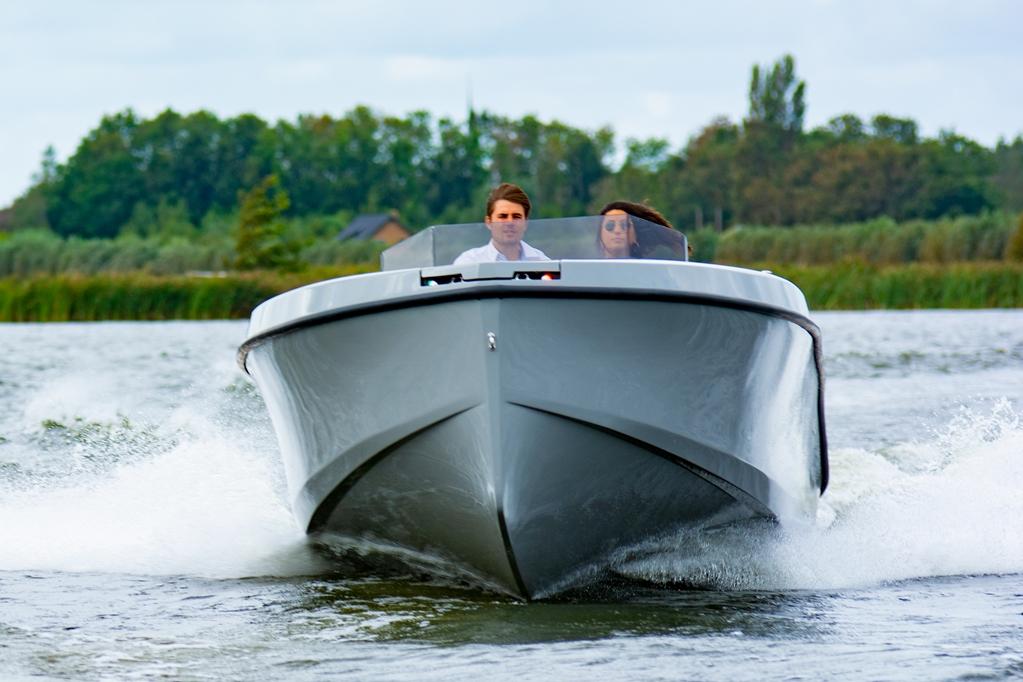 De Rand 24 play is een boot die gemakkelijk uitdaagt tot het uithalen van speelse capriolen.