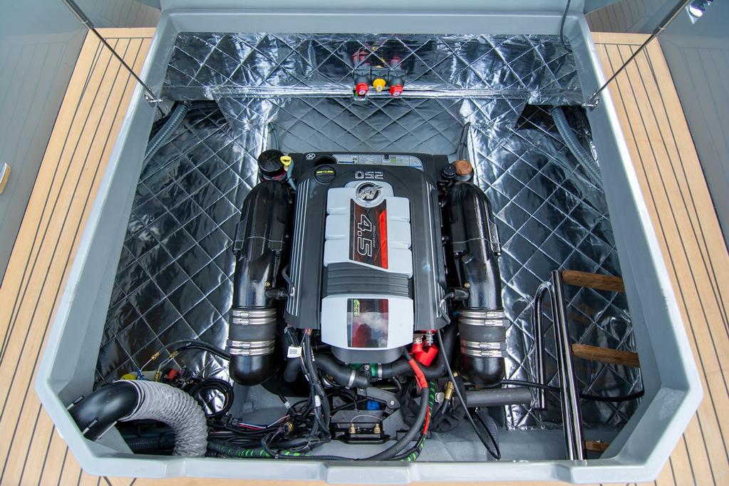 De testboot was voorzien van de 250 pk benzinemotor.