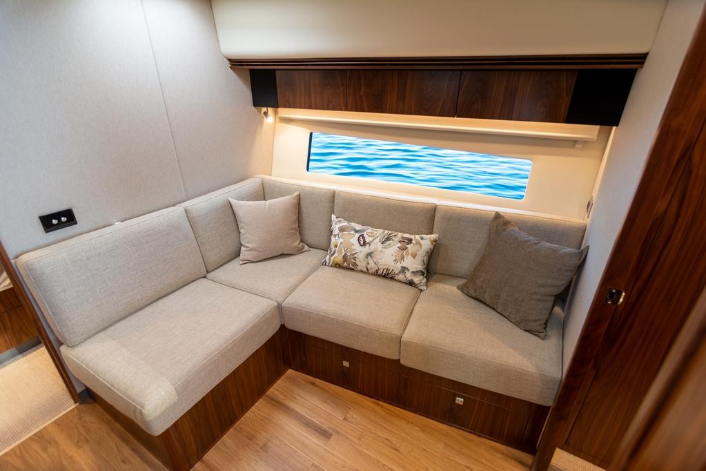 Het onderdekse lounge zitje in de hal.