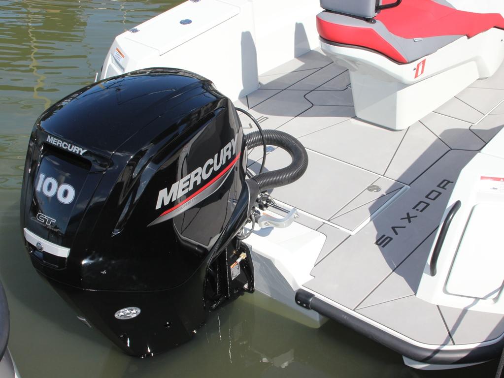 Deze crossover wordt standaard aangedreven door een 100 pk Mercury 2,1 liter viercilinder buitenboordmotor.